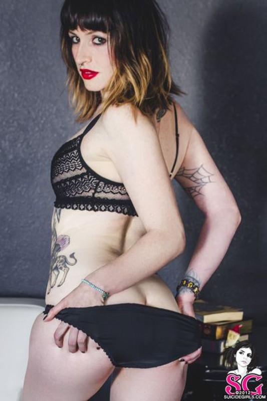 Стильная неформалка демонстрирует татуировки 37 фото