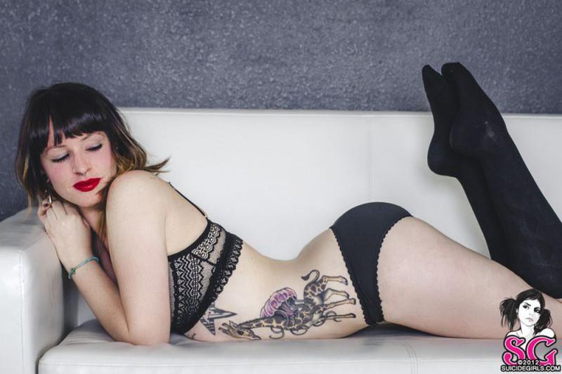 Стильная неформалка демонстрирует татуировки 26 фото