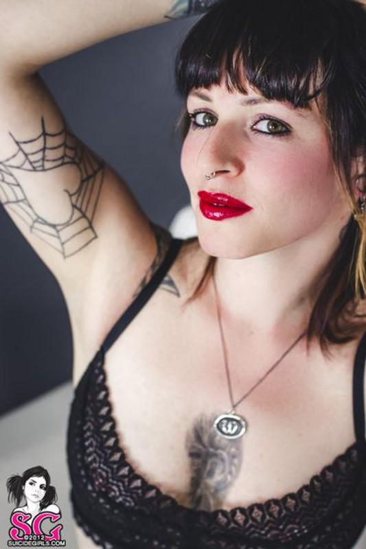 Стильная неформалка демонстрирует татуировки 33 фото