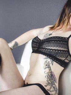 Стильная неформалка демонстрирует татуировки