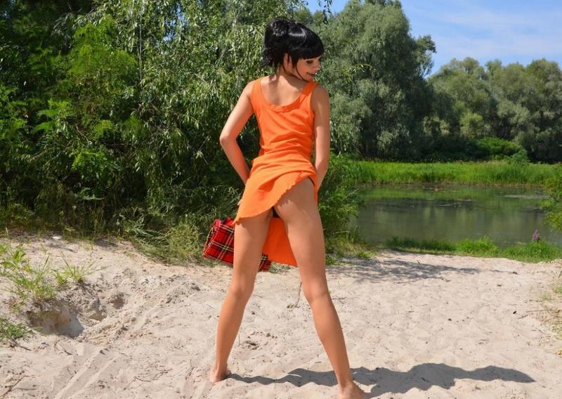 Брюнетка пришла на пикник и раздвинула ноги на клетчатом покрывале 2 фото