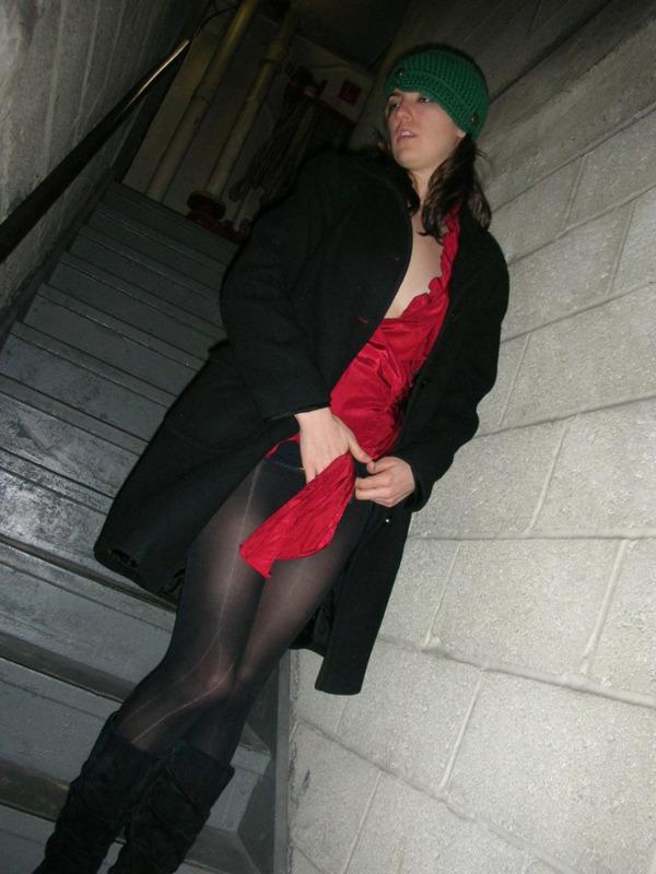 Некрасивая девушка раздевается на лестнице подъезда и в квартире 12 фото