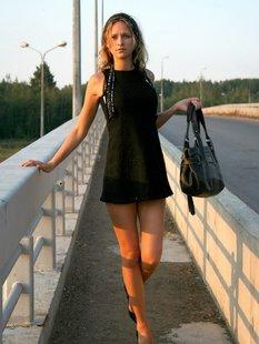 Обнаженная девушка позирует на мосту