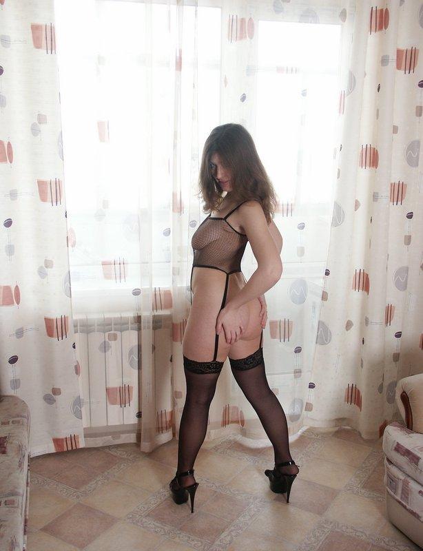Большегрудая москвичка позирует возле занавесок в чулках 8 фото