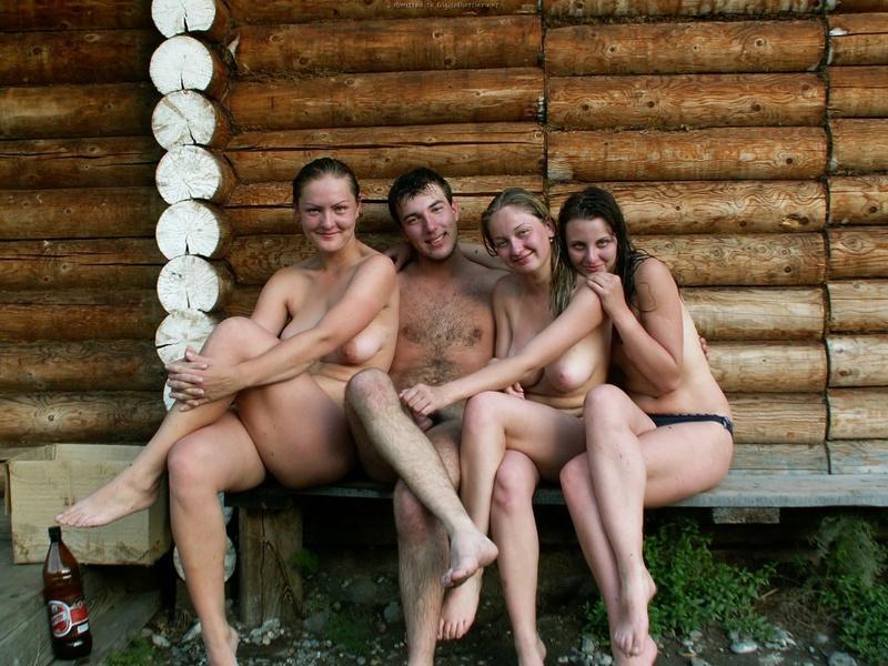 Русские телки отдыхают за городом с пивом и парнями 4 фото