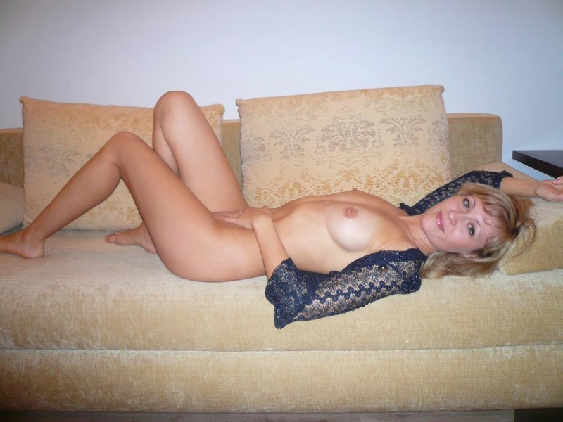 Русская жена позирует голая с лепестками роз на камеру 4 фото