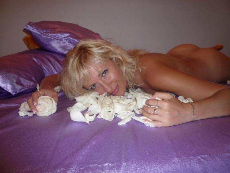 Русская жена позирует голая с лепестками роз на камеру 16 фото