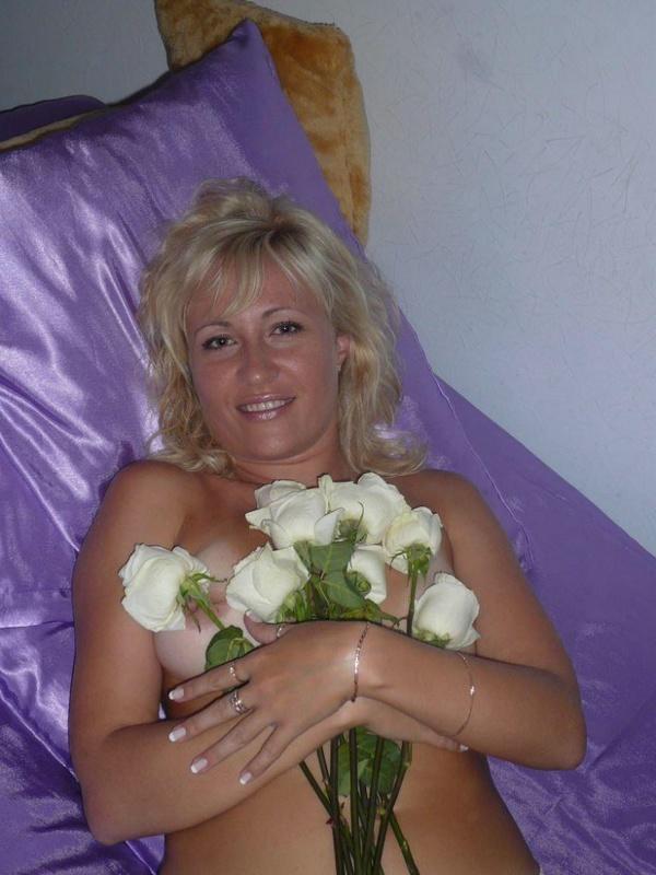 Русская жена позирует голая с лепестками роз на камеру 13 фото