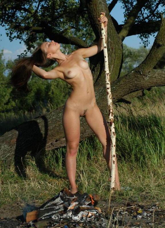 Красивая голая девушка позирует на природе 3 фото