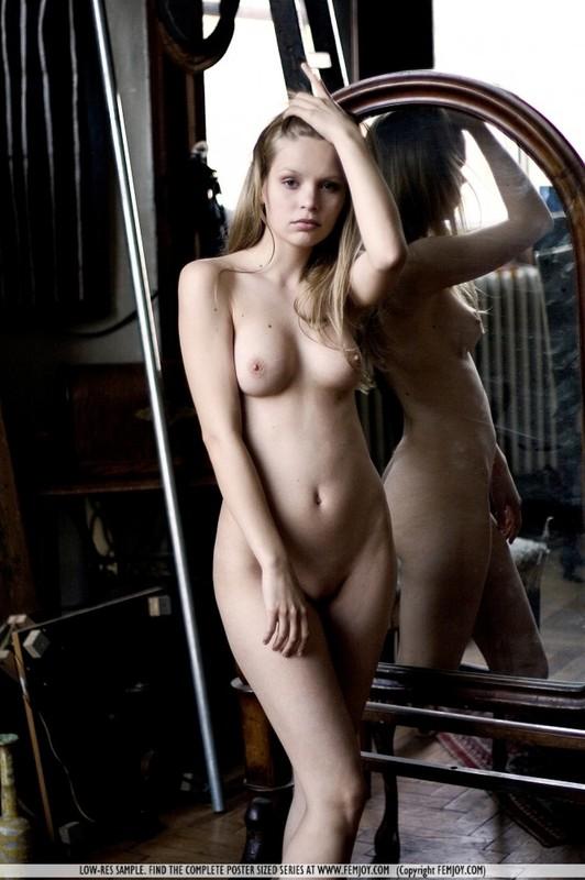 Голая студентка с милой мордашкой позирует в театре 11 фото