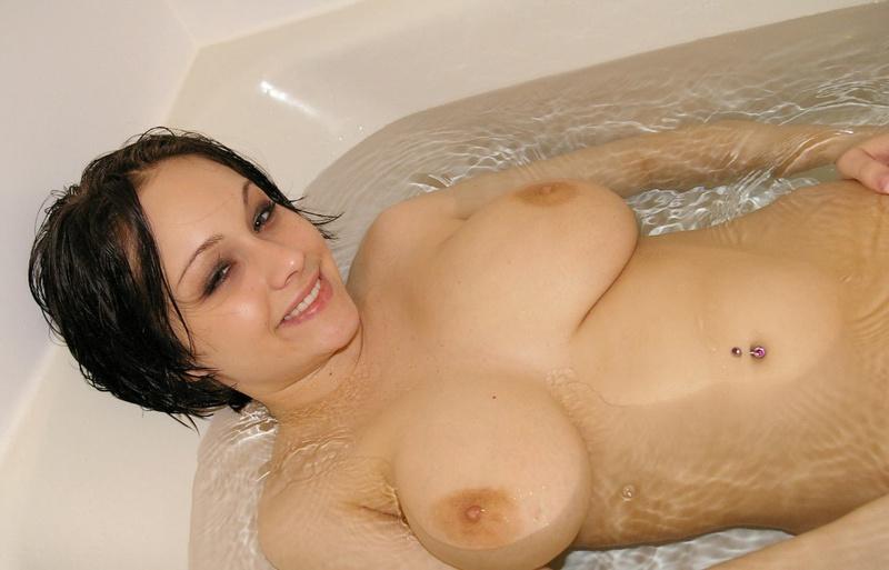 Порочная брюнетка с большими сиськами моется в ванне 10 фото