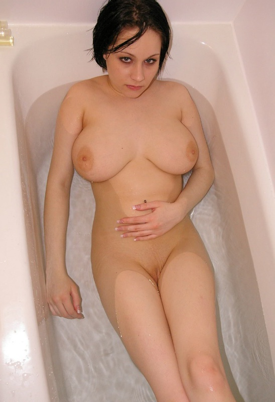 Порочная брюнетка с большими сиськами моется в ванне 4 фото