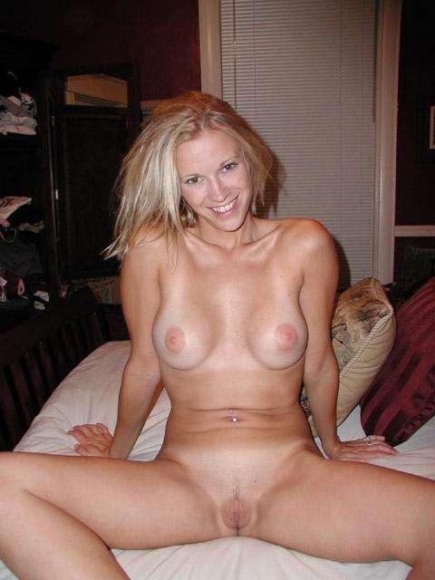 Загорелая блондинка разделась перед домашним интимом 4 фото