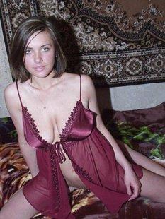 Русские телки оголили сиськи в домашней обстановке перед камерой