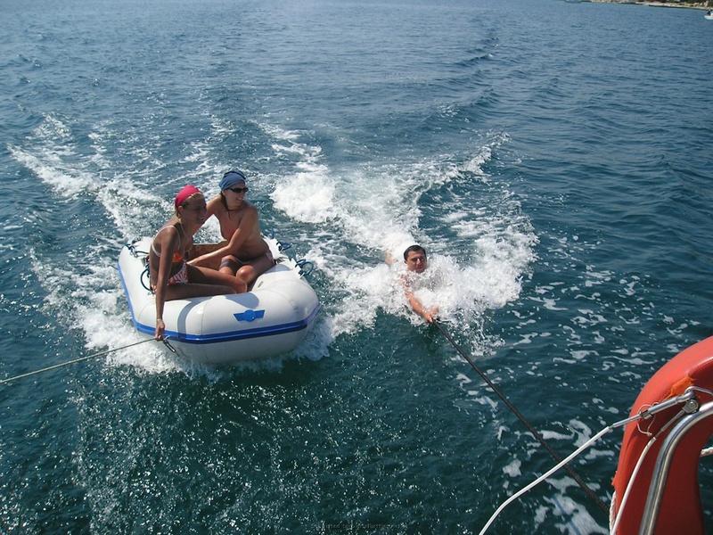 Пьяный отдых на яхте в компании озорных подружек 6 фото