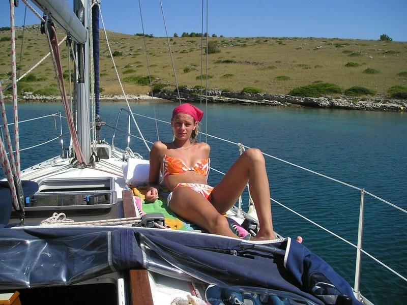 Пьяный отдых на яхте в компании озорных подружек 1 фото