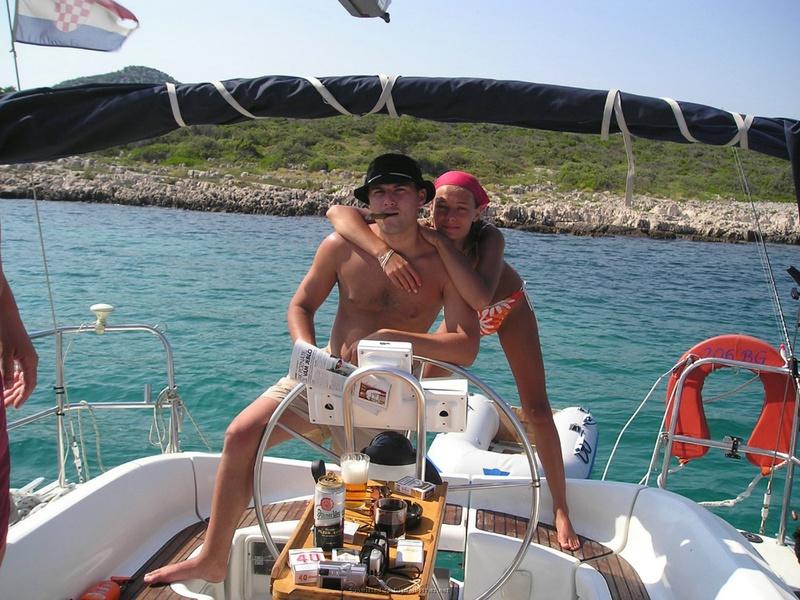 Пьяный отдых на яхте в компании озорных подружек 8 фото