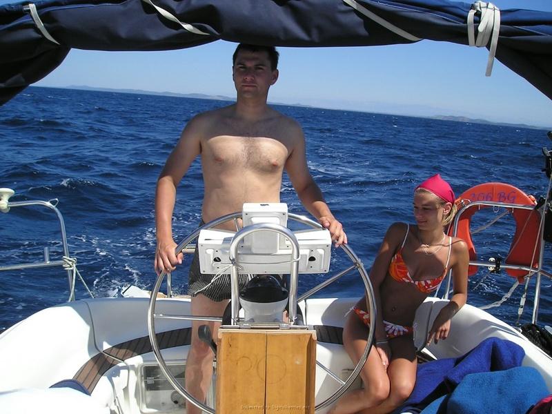Пьяный отдых на яхте в компании озорных подружек 11 фото