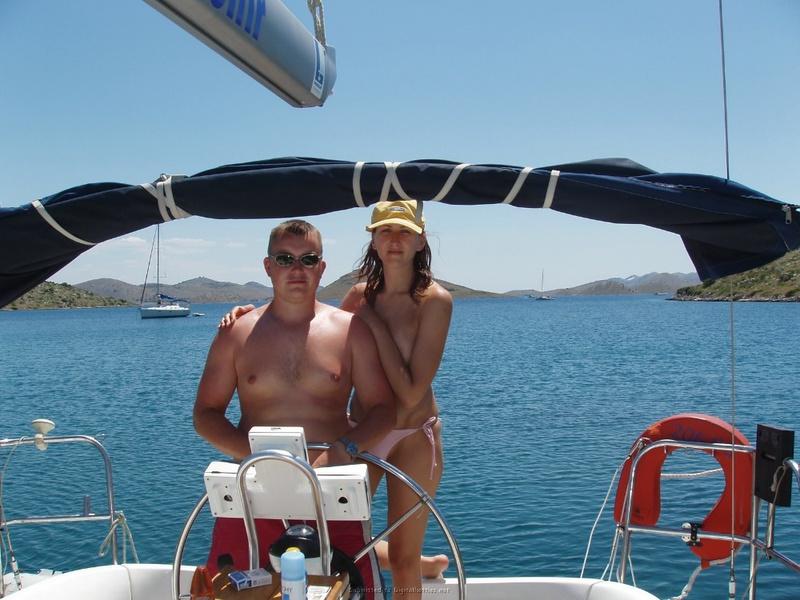 Пьяный отдых на яхте в компании озорных подружек 16 фото