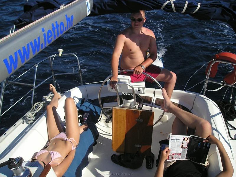 Пьяный отдых на яхте в компании озорных подружек 15 фото