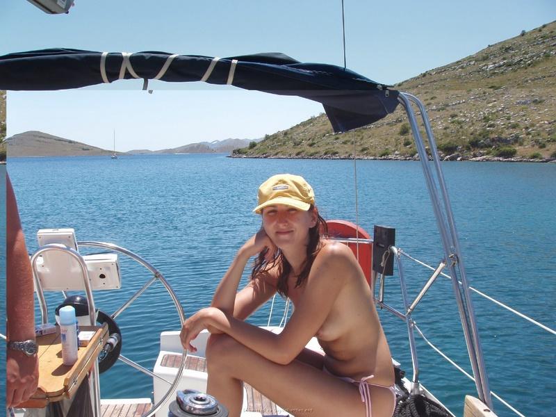 Пьяный отдых на яхте в компании озорных подружек 18 фото