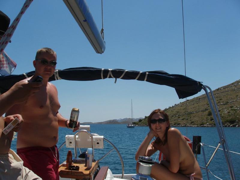 Пьяный отдых на яхте в компании озорных подружек 19 фото