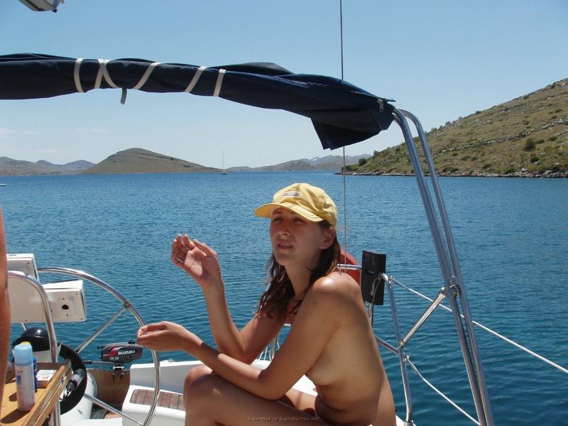 Пьяный отдых на яхте в компании озорных подружек 17 фото