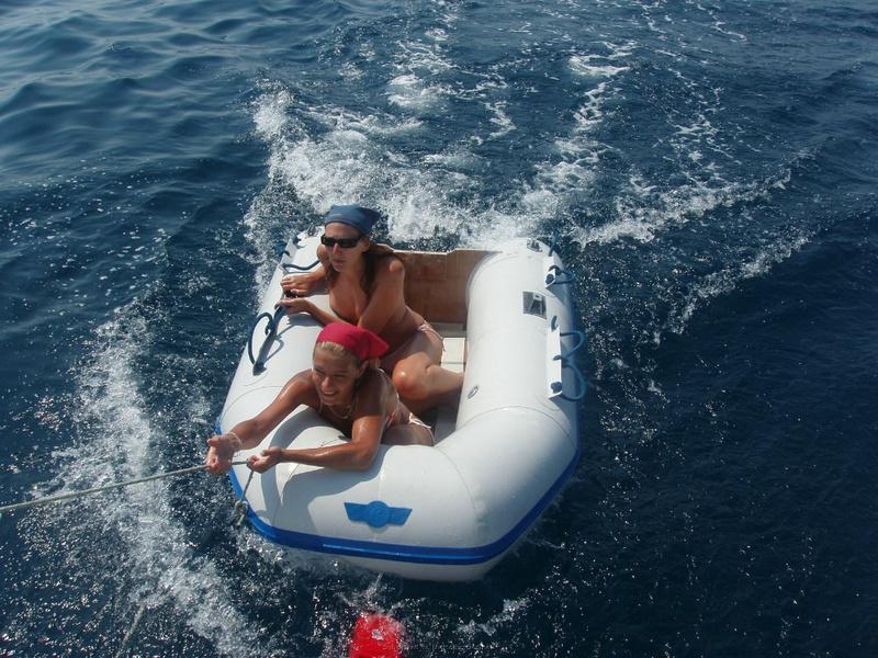 Пьяный отдых на яхте в компании озорных подружек 28 фото
