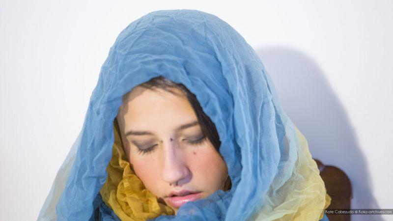 Девушка с украинским флагом и пирсингом в носу мастурбирует киску 2 фото