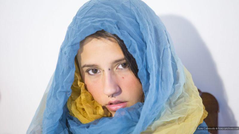 Девушка с украинским флагом и пирсингом в носу мастурбирует киску 1 фото