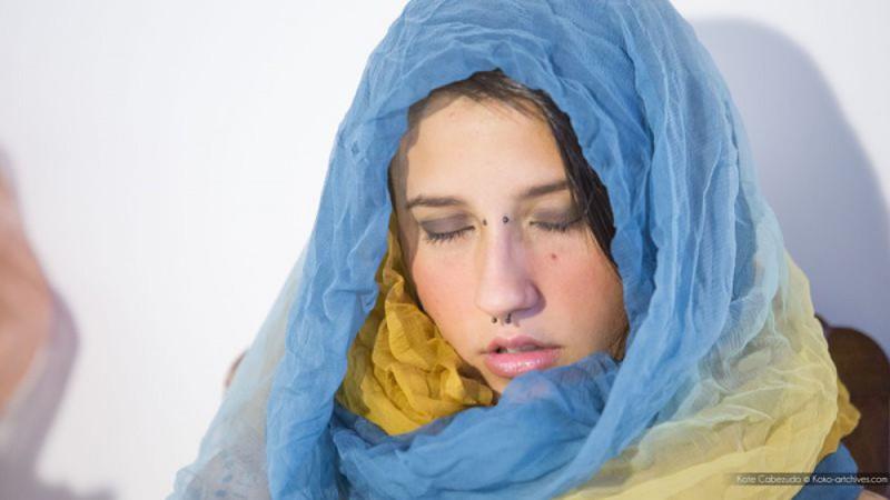 Девушка с украинским флагом и пирсингом в носу мастурбирует киску 25 фото