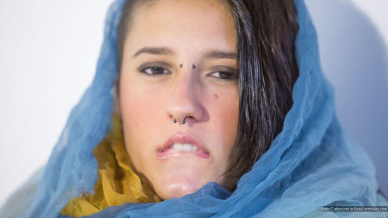 Девушка с украинским флагом и пирсингом в носу мастурбирует киску 22 фото