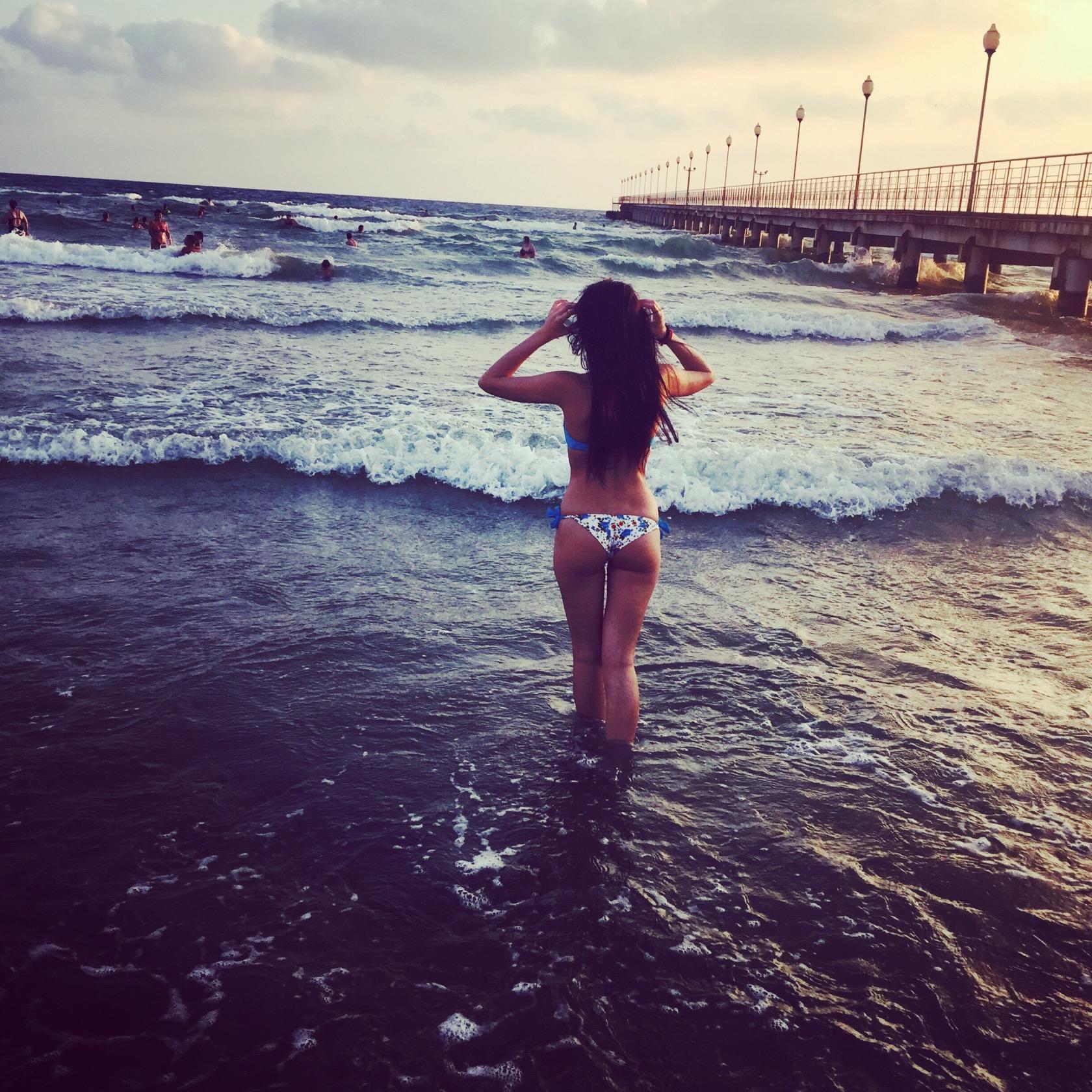 Подборка девушек в бикини и сексуальном белье на пляже и дома 16 фото