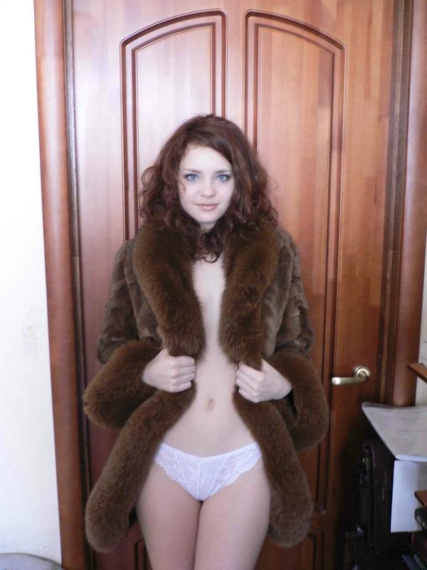 Няшная россиянка в нижнем белье красуется в квартире 3 фото