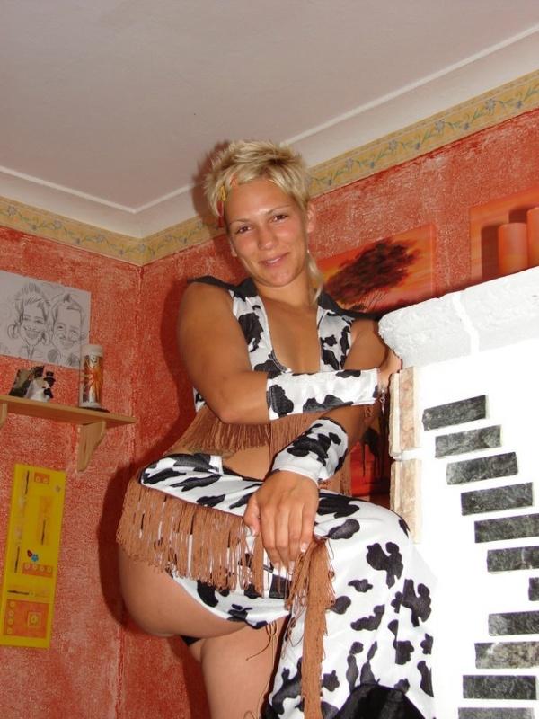 Блондинка с короткими волосами пьёт на камеру и светит киской 9 фото