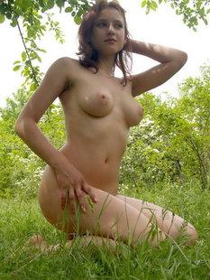Молодая на природе оголила свое тело