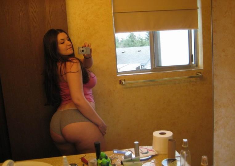 Зеркальные селфи молодых девушек 6 фото