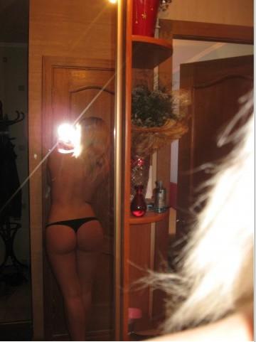 Зеркальные селфи молодых девушек 15 фото
