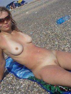 Блондинка принимает солнечные ванные голышом