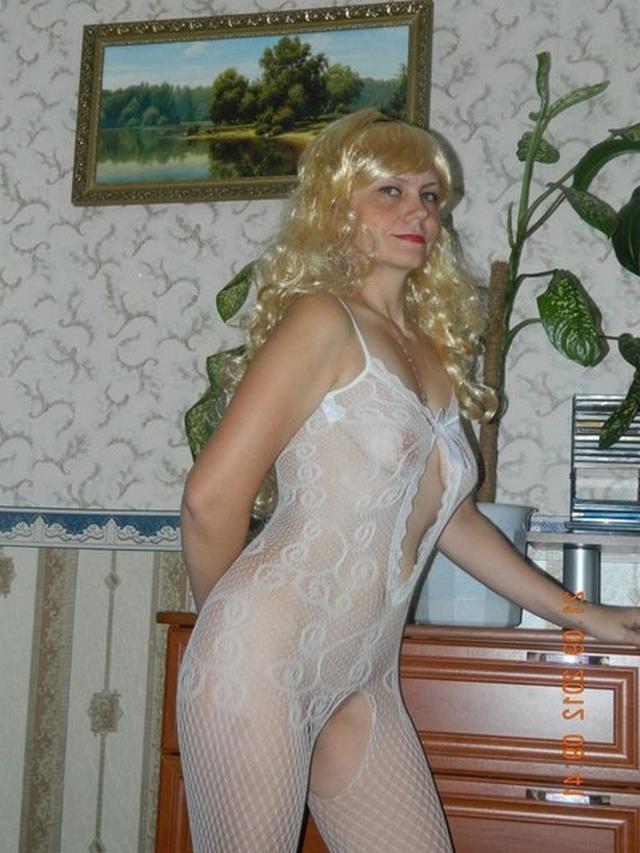 Белокурая мамочка позирует в эротичном белье перед мужем 16 фото