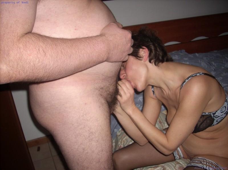 Коротко стриженная зрелка трахается с мужем и его другом 4 фото