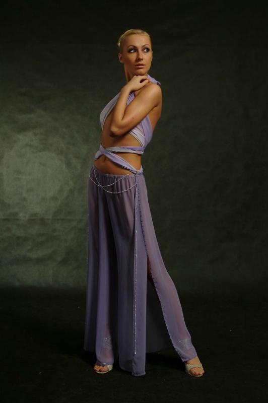 Женщина модель позирует в общественных местах 1 фото