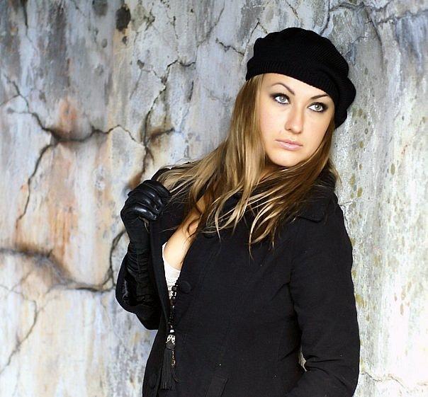 Женщина модель позирует в общественных местах 15 фото