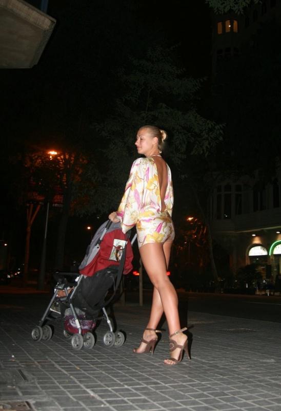 Женщина модель позирует в общественных местах 19 фото