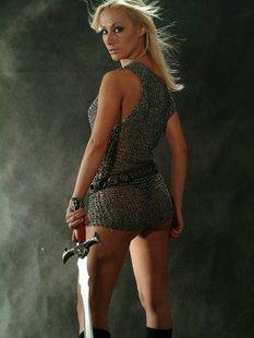 Женщина модель позирует в общественных местах