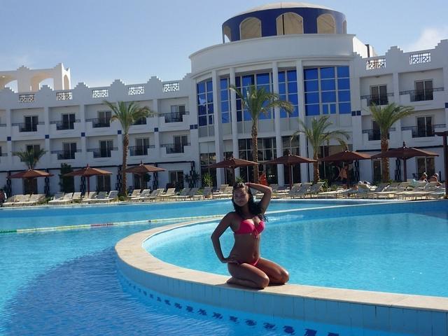 Красивые девушки на берегу моря и возле бассейна в бикини 10 фото