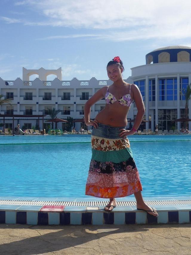 Красивые девушки на берегу моря и возле бассейна в бикини 16 фото