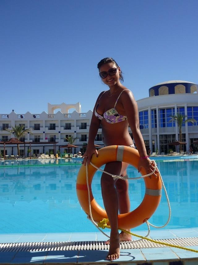Красивые девушки на берегу моря и возле бассейна в бикини 8 фото