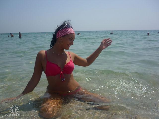 Красивые девушки на берегу моря и возле бассейна в бикини 15 фото