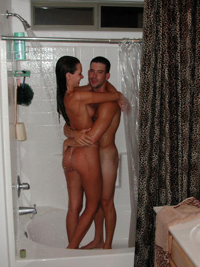 Молодая пара принимает душ и трахается на кровати 3 фото